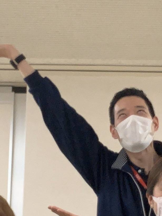 新卒入職時研修修了  西川講師と気合のポーズ